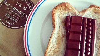アランデュカス「VENEZUELA 75%」をクルミパンにのせたトーストで朝食。